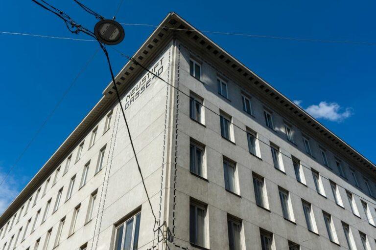 Wohnhaus in der Neustiftgasse 40, moderne Fassade, Ecke Döblergasse