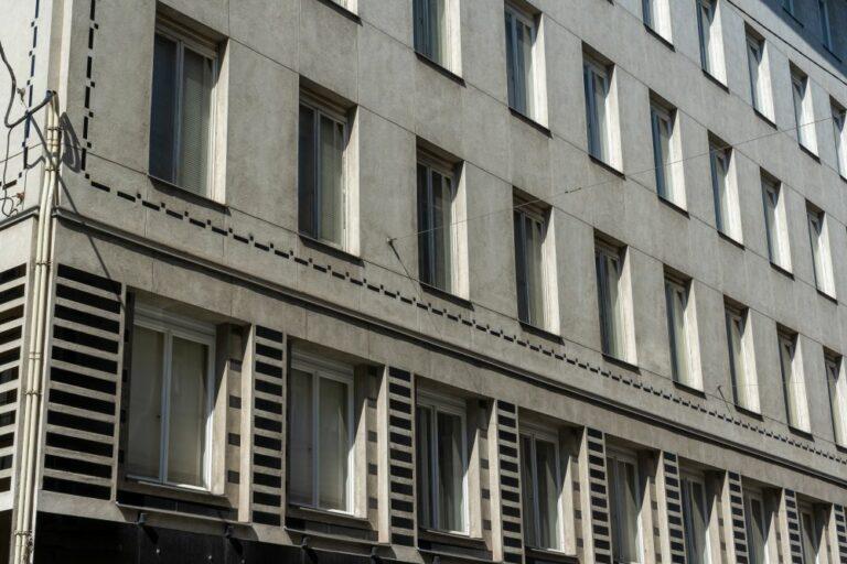 Fassade eines Hauses aus der Wiener Moderne, Neustiftgasse, Otto Wagner, Fensterraster