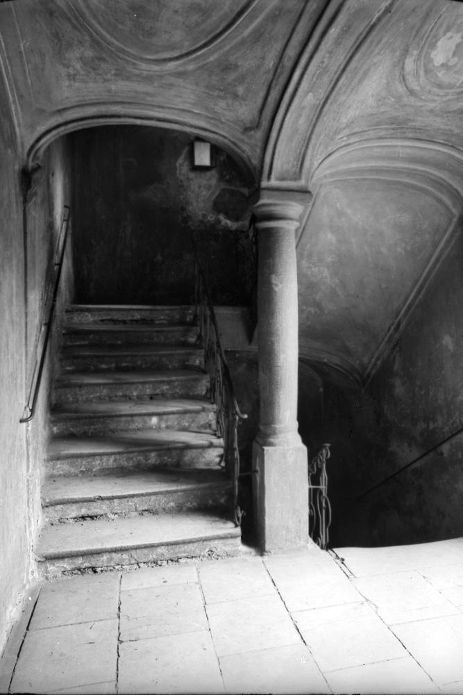 Stiegenhaus im Barockhaus Neustiftgasse 40, 1070 Wien, Säule, Geländer, Stufen
