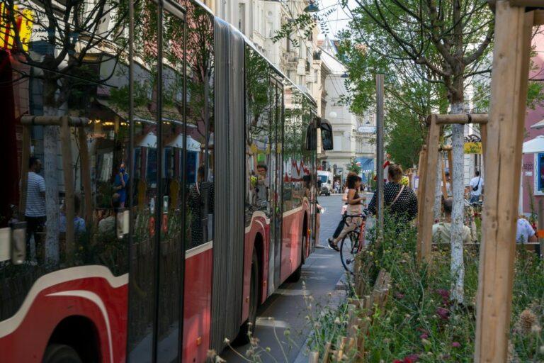 Neubaugasse, Bus, 13A, Fußgänger, Bäume, Grünflächen, Begegnungszone