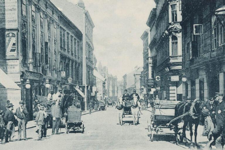 historische Aufnahme der Neubaugasse, Fuhrwerke, Pferde, Passanten