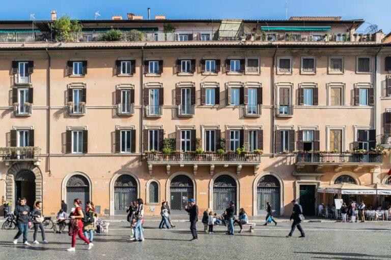 Fußgängerzone und historisches Gebäude, Rom