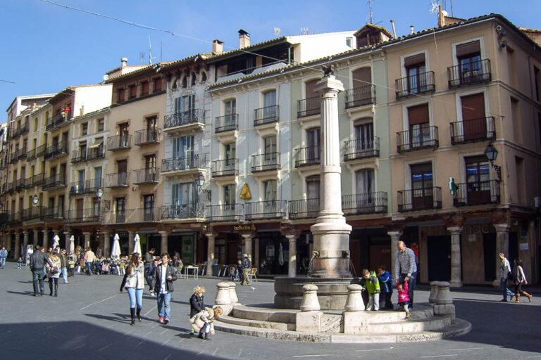 Fußgängerzone in Teruel, Spanien, Verkehrsberuhigung, historische Gebäude