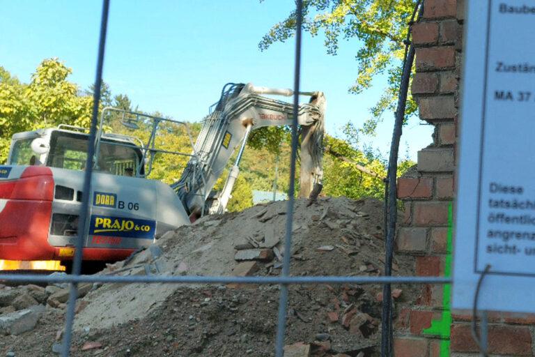 historisches Gebäude des Otto-Wagner-Spitals am Steinhof wird abgerissen, Abrissbagger, Bauzaun, Schutt, Ziegel