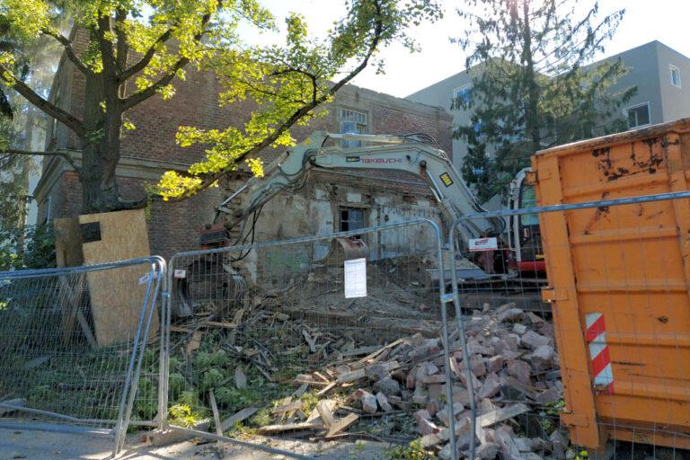 historisches Gebäude des Otto-Wagner-Spitals am Steinhof wird abgerissen, Fleischerei, Bagger, Ziegel, Wien-Penzing