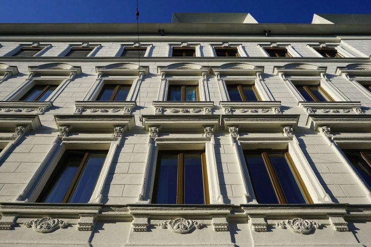 Gründerzeitfassade des Hauses Arthaberplatz 7, Wien-Favoriten, ausgebautes Dachgeschoß