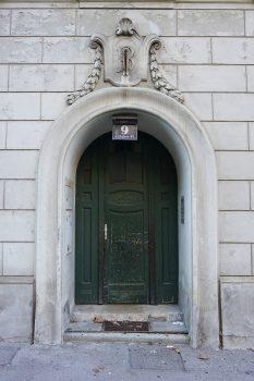 Eingangstür des Jugendstilhauses Arthaberplatz 9 in Wien-Favoriten (10. Bezirk)