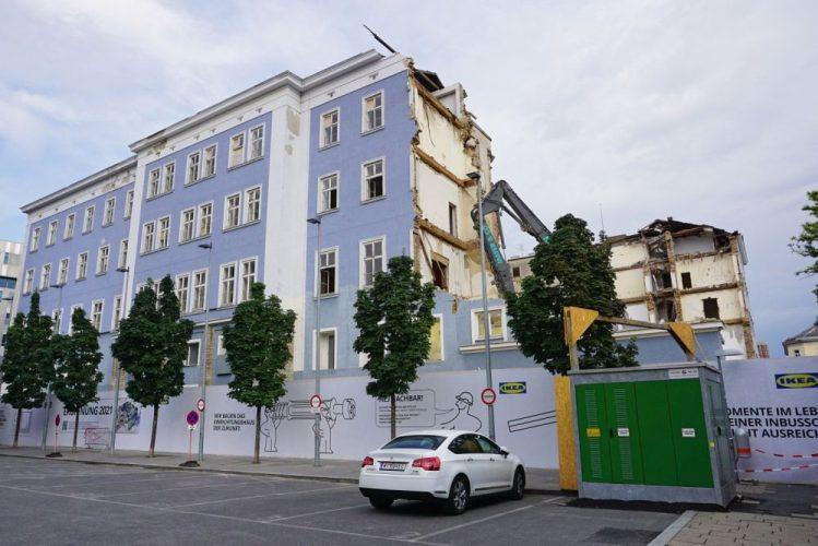 blaues Haus wird abgerissen, IKEA, Westbahnhof, Bagger, Auto, Bäume, Gründerzeithaus