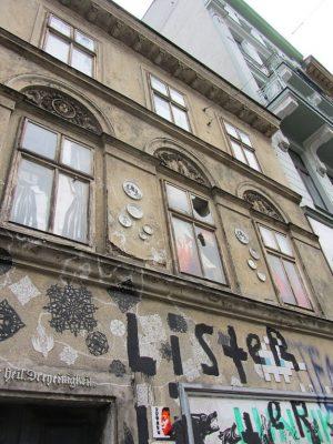 Biedermeierhaus Breite Gasse 15 in Wien-Neubau (7. Bezirk), renovierungsbedürftige Fassade, Graffiti