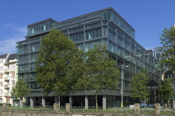 Bürohaus an der Vorderen Zollamtsstraße, Wienfluss, Wien Mitte, Bäume, Glasfassade