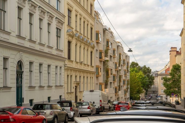 Altbauten und Neubau in der Graf-Starhemberg-Gasse, parkende und fahrende Autos, Bäume, 4. Bezirk, Wien