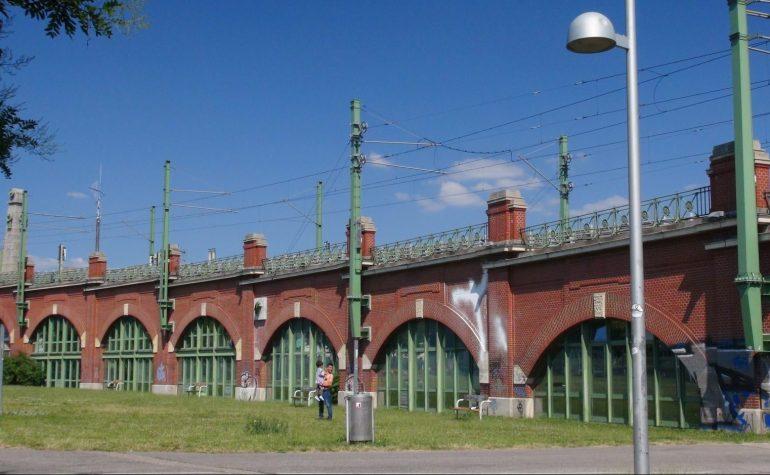 historische Stadtbahnbögen in Wien, Backstein, Oberleitungen, Wiese
