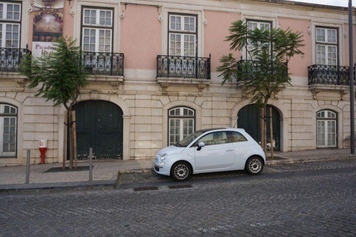 Straße und historisches Gebäude in Lissabon
