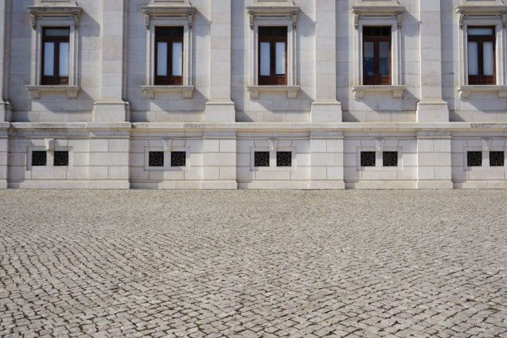 Pflasterung vor einem Regierungsgebäude in Lissabon