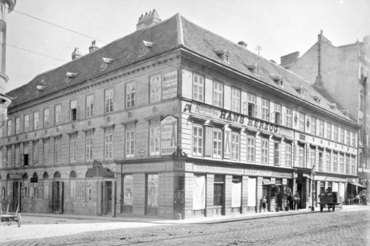alte Aufnahme eines Hauses, stark gegliederte Fassade, Pflastersteine