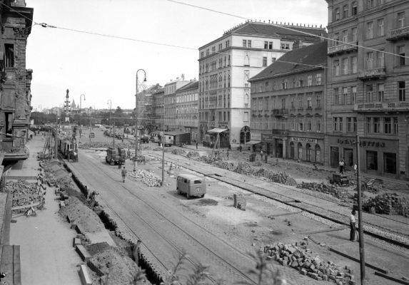 Durchblick stadtauswärts von einem erhöhten Standort nach der Rotensterngasse über die Mayergasse gegen den Praterstern während Straßenbauarbeiten.