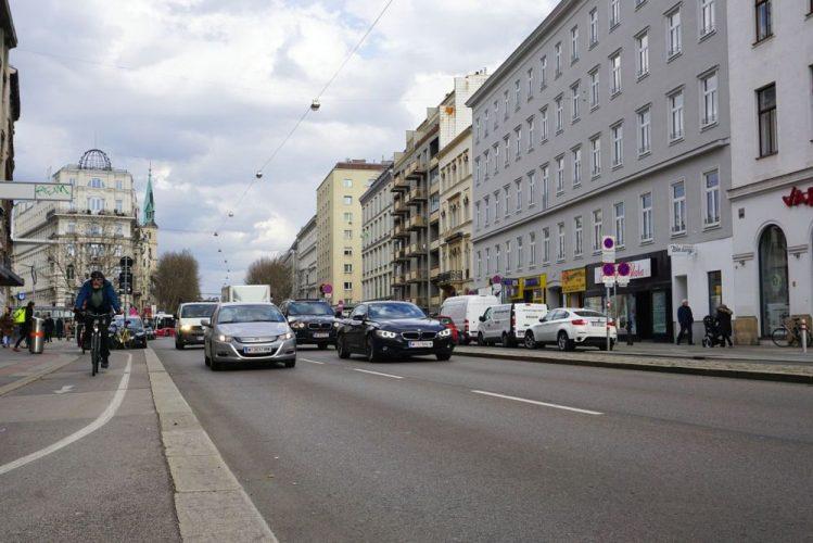 Praterstraße mit Auto- und Radverkehr, in der Nähe des Donaukanals, Wien-Leopoldstadt (2. Bezirk)