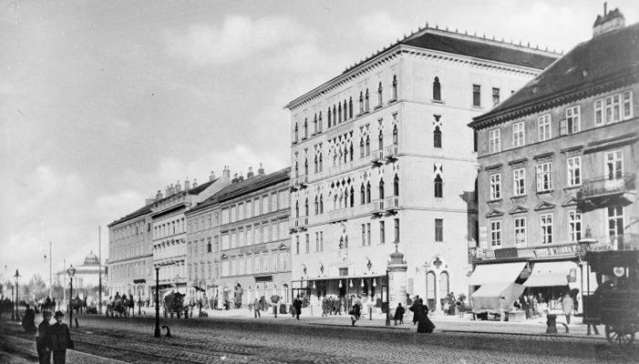 Fassaden schräg von rechts. In der Mitte der 'Dogenhof'.