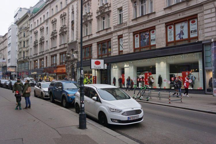 parkende Autos, historisches Gebäude