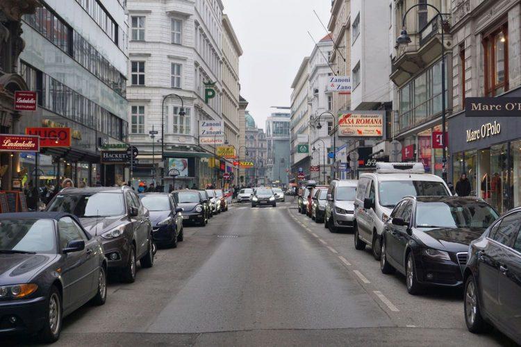 schmale Straße mit vielen Parkplätzen