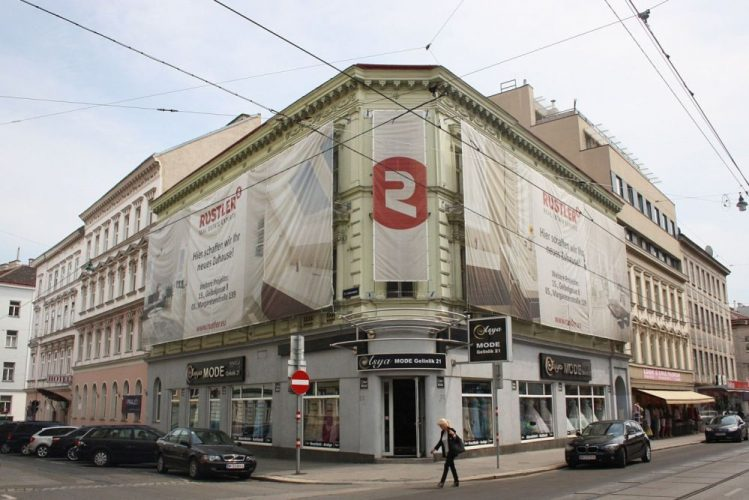 Gründerzeithaus Thaliastraße 56, Plakate der Firma Rustler, vor dem Abriss