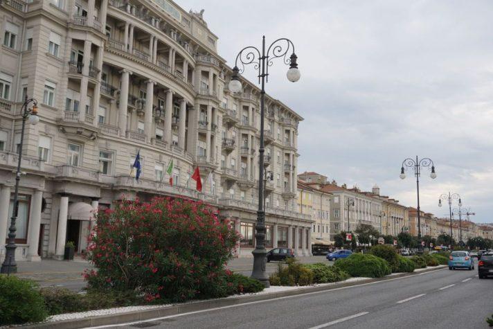 Straße mit Laternen in Triest, Italien