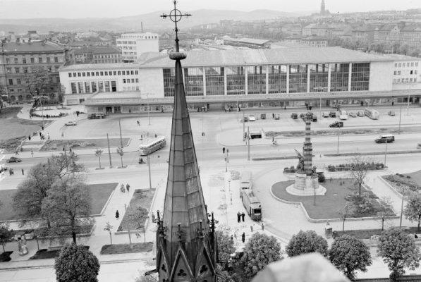 Blick von einem stark erhöhten Standort beim inneren Neubaugürtel über den Europaplatz mit Frontalansicht des Westbahnhofes gegen die Höhen des Lainzer Tiergartens (Sektor etwa zwischen Liesing und Weidlingau).